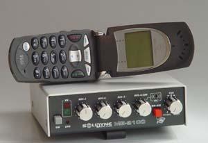 Mini-consola con celular abierto